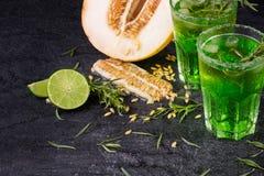 Свежие плодоовощи лета Естественные, органические, здоровые зеленые встряхивания Отрежьте дыню, сочную известку и пряный астрагон Стоковые Изображения
