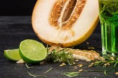 Свежие плодоовощи лета Естественные, органические, здоровые зеленые коктеили Отрежьте дыню, сочную известку и пряный астрагон на  Стоковое Изображение RF