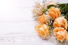 Свежие розы цвета персика цветут на белой деревянной предпосылке в Ра Стоковое Изображение