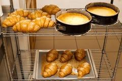 Свежие румяные плюшки на шкафе bakersfield кухня стоковые фотографии rf