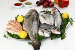 Свежие рыбы и овощ на плите Стоковые Изображения RF