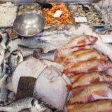 Свежие рыбы на дисплее на marketstall в Нидерланд Стоковое Изображение RF