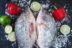 Свежие рыбы тилапии с солью и приправы для варить стоковое фото rf
