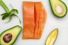 Свежие рыбы для суш и авокадоа на белой доске Стоковые Изображения RF