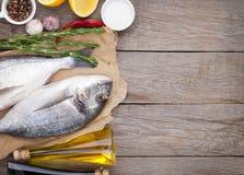 Свежие рыбы dorado варя с специями и condiments стоковые фото
