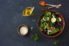 Свежие салат, arugula, frisee, базилик, огурец и салат луков Стоковые Фотографии RF