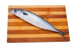 Свежие, сваренные рыбы лежа на деревянном, доска скумбрии кухни стоковые изображения rf