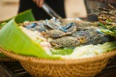 Свежие синие краби в корзине на рынке морепродуктов стоковая фотография rf
