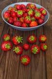Свежие сладостные клубники на деревянном столе Стоковые Фото