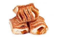 Свежие сладостные печенья с сливк на белой предпосылке Стоковое Изображение RF