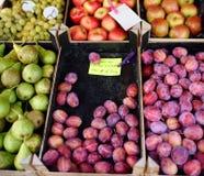 Свежие сливы, груши, яблоки и виноградины для продажи в местном рынке стоковое фото