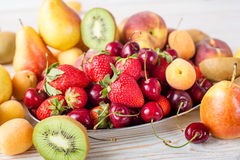 Свежие смешанные плодоовощи, ягоды на плите Плодоовощ лета, ягода Стоковое Изображение