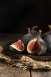Свежие смоквы в унылом естественном освещении установили с винтажным ретро styl Стоковые Изображения