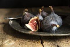 Свежие смоквы в унылом естественном освещении установили с винтажным ретро styl Стоковые Фото