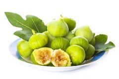 Свежие смоквы при свои листья изолированные на белой предпосылке стоковые изображения