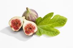 Свежие смоквы с листьями на белой предпосылке Стоковая Фотография