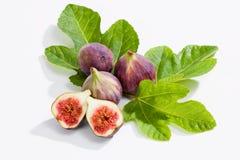 Свежие смоквы с листьями на белой предпосылке Стоковые Изображения RF