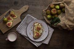 Свежие смоквы с рикоттой гарнируют с семенами фисташки и тыквы стоковые фотографии rf