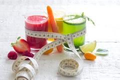 Свежие соки измеряя фрукты и овощи ленты теряют концепцию диеты веса стоковые фотографии rf