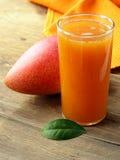 Свежие сок и плодоовощ мангоа Стоковые Фотографии RF