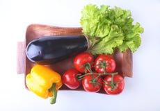 Свежие сортированные овощи, баклажан, болгарский перец, томат, чеснок с салатом лист белизна изолированная предпосылкой Стоковые Изображения