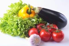 Свежие сортированные овощи, баклажан, болгарский перец, томат, чеснок с салатом лист белизна изолированная предпосылкой Стоковое фото RF