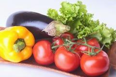 Свежие сортированные овощи, баклажан, болгарский перец, томат, чеснок с салатом лист белизна изолированная предпосылкой Стоковое Изображение RF