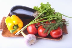 Свежие сортированные овощи, баклажан, болгарский перец, томат, чеснок с салатом лист белизна изолированная предпосылкой Стоковая Фотография RF