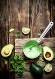Свежие соус, известка и травы авокадоа Стоковые Изображения RF