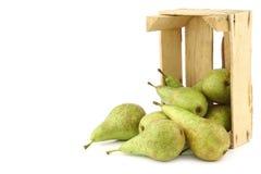 Свежие сочные груши конференции в деревянной коробке Стоковые Изображения