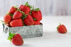 Свежие сочные клубники с листьями Предпосылка клубники еда принципиальной схемы здоровая Свежие органические ягоды Стоковые Фото