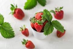 Свежие сочные клубники с листьями Предпосылка клубники еда принципиальной схемы здоровая Свежие органические ягоды Стоковые Изображения