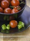 Свежие сочные красные томаты вишни и зеленое горячее pepepr Стоковые Фото