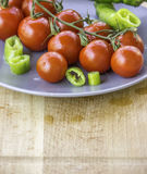 Свежие сочные красные томаты вишни и зеленое горячее pepepr Стоковое фото RF
