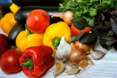 Свежие сочные овощи на таблице Стоковая Фотография RF