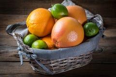 Свежие сочные цитрусовые фрукты в корзине Стоковые Изображения
