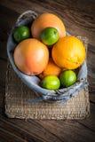 Свежие сочные цитрусовые фрукты в корзине Стоковое Изображение