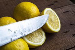 Свежие сочный лимон na górze салата и свежий для рыб Стоковое фото RF
