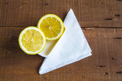 Свежие сочный лимон na górze салата и свежий для рыб Стоковые Изображения RF