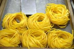 Свежие спагетти в выставк-окне в магазине, Италии Стоковые Фотографии RF