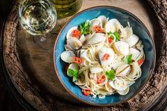 Свежие спагетти Vongole с clams, петрушкой и перцами Стоковое Изображение RF