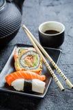Свежие суши, который служат внутри с чаем Стоковые Фото