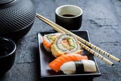 Свежие суши, который служат внутри с чаем Стоковое Фото