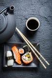 Свежие суши, который служат в черноте керамической Стоковое фото RF
