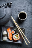 Свежие суши, который служат в черноте керамической Стоковые Фото