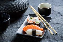 Свежие суши, который служат в черноте керамической Стоковая Фотография