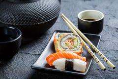 Свежие суши, который служат в черноте керамической Стоковая Фотография RF