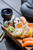 Свежие суши на деревянной доске служили с чаем Стоковые Фото