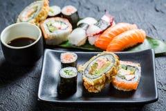Свежие суши на черном керамическом блюде Стоковые Фотографии RF
