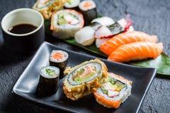 Свежие суши на черном керамическом блюде Стоковое фото RF